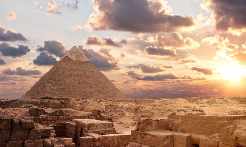 pirámide de egipto al atardecer